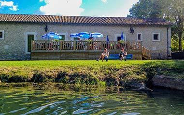 Détente au bord d'une rivière en Dordogne
